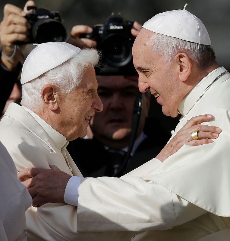 Paus Franciscus (rechts) en de voormalige paus Benedictus XVI in 2014. Beeld AP
