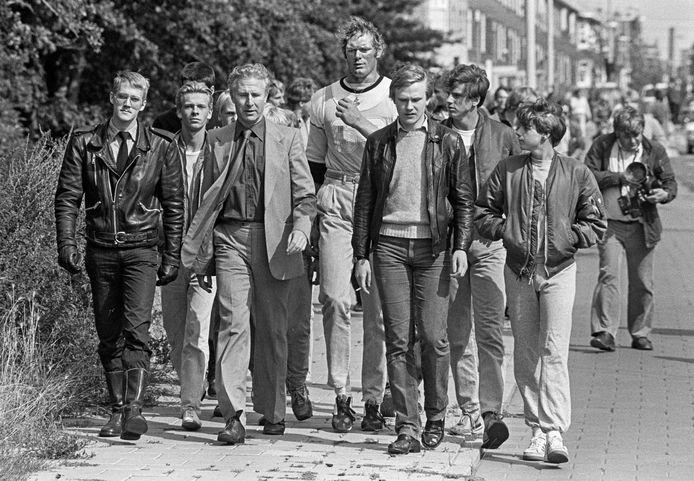 De meer dan twee meter lange Ton Hoogduin (m.), in 1983, als lijfwacht van Joop Glimmerveen (colbert), leider van de Nederlandse Volksunie.