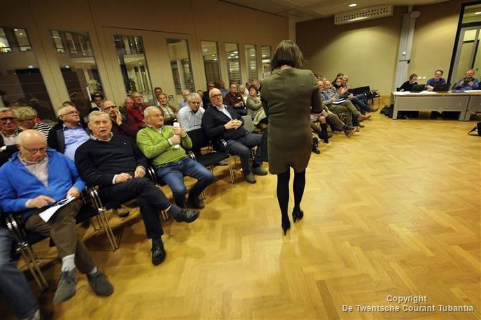 Anette Zwiep verlaat de raadszaal tijdens de historische vergadering in Denekamp.