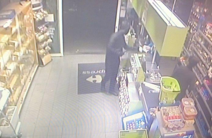 De overvaller stapte met een machete de winkel binnen