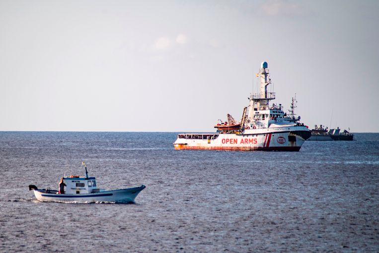 Het Spaanse ngo-schip Open Arms, gezien van de kust van het Italiaanse eiland Lampedusa.  Beeld AFP