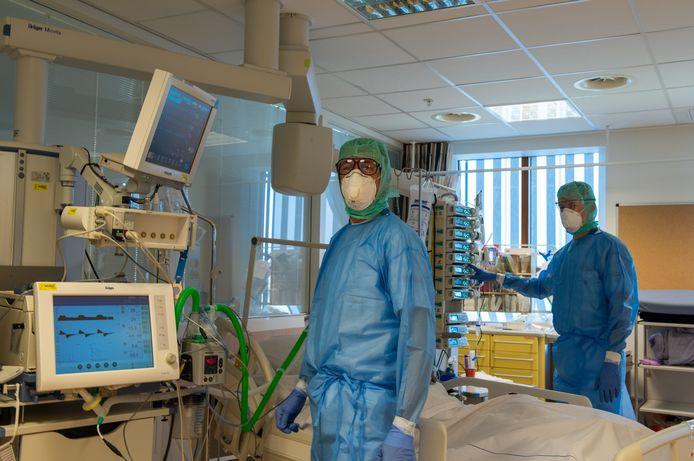 Medici in het Deventer Ziekenhuis tijdens de coronacrisis werken in beschermende kleding.