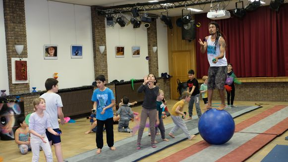 De kinderen van Circus Kummelé tonen hun kunsten.