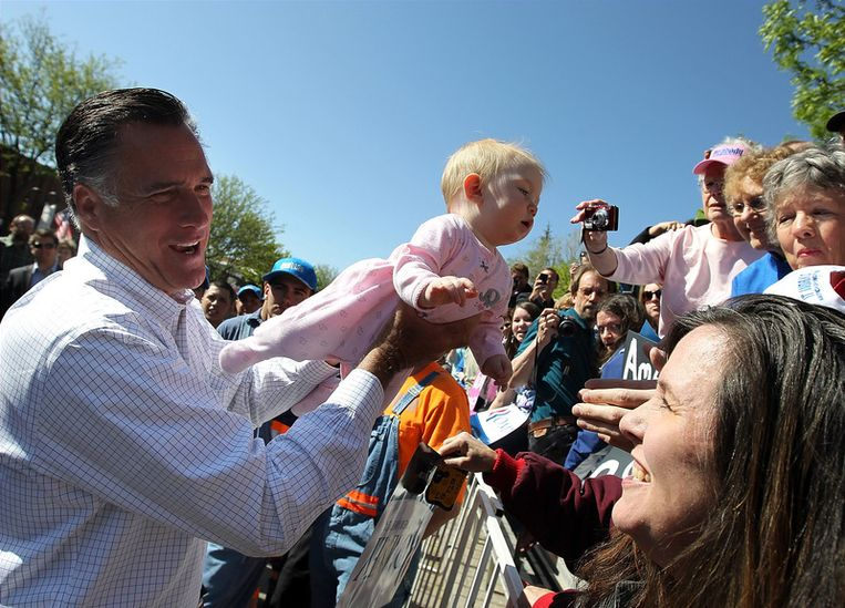 Romney houdt een baby vast terwijl hij zijn aangangers in Colorado groet. Beeld getty