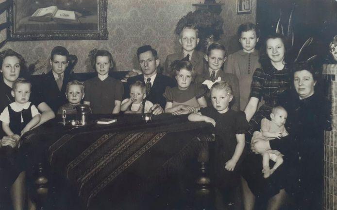 De familie van slager Van der Horst. Toos rechts staand achter haar moeder. Er zouden nog drie kinderen volgen.