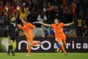 Joris Mathijsen (rechts) juicht nadat hij met Oranje de finale heeft bereikt van het WK 2010. Links rent Rafael van der Vaart weg.