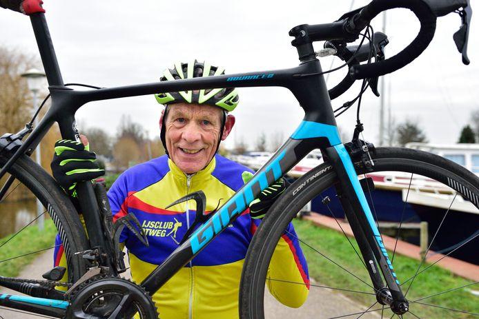 Boskoper Ton Snabel met zijn fiets.
