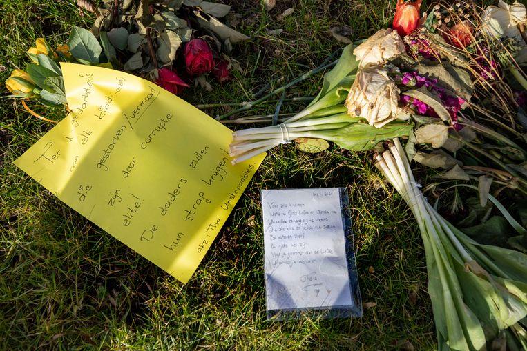 Teksten met complotten lagen afgelopen weken verspreid over de begraafplaats van Bodegraven. Beeld Werry Crone