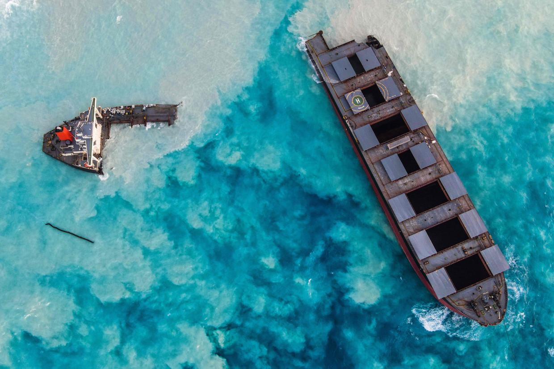 Luchtfoto van het in tweeën gebroken Japanse schip, dat onder Panamese vlag voer.