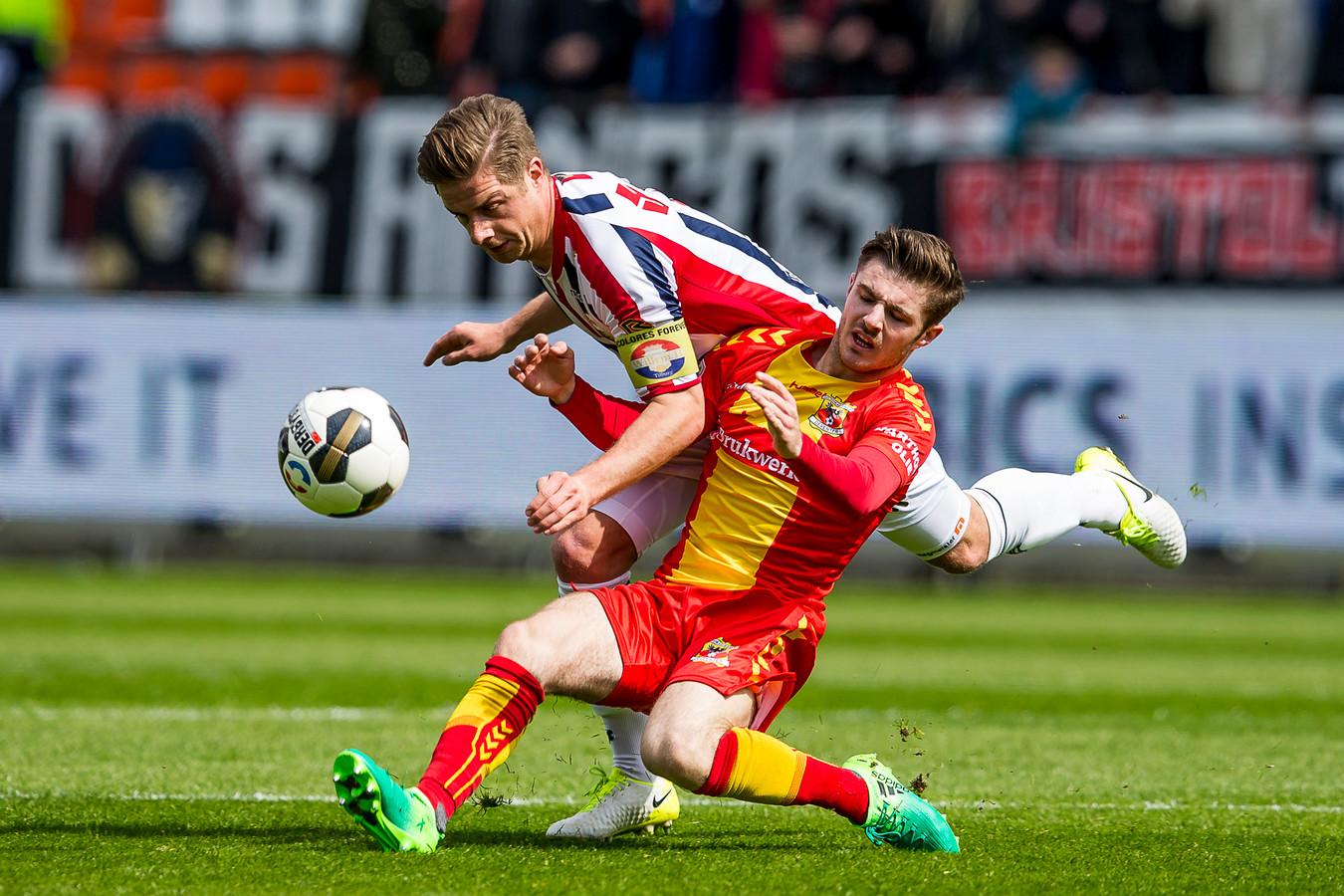 Daniel Crowley speelde in april met Go Ahead nog tegen Willem II. De Engelsman vecht een duel uit met Jordens Peters.