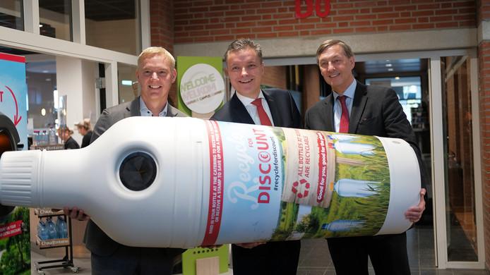 Roelof van Dinter (Coca-Cola), Jan Jacob van Donselaar (Compass/Eurest) en Paul Rüpp (Avans) bij een van de PET-flesautomaten.