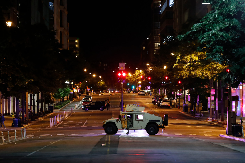 Een militaire Humvee in de straten van Washington, afgelopen maandag, tijdens de demonstraties rondom de dood van George Floyd. Beeld AP