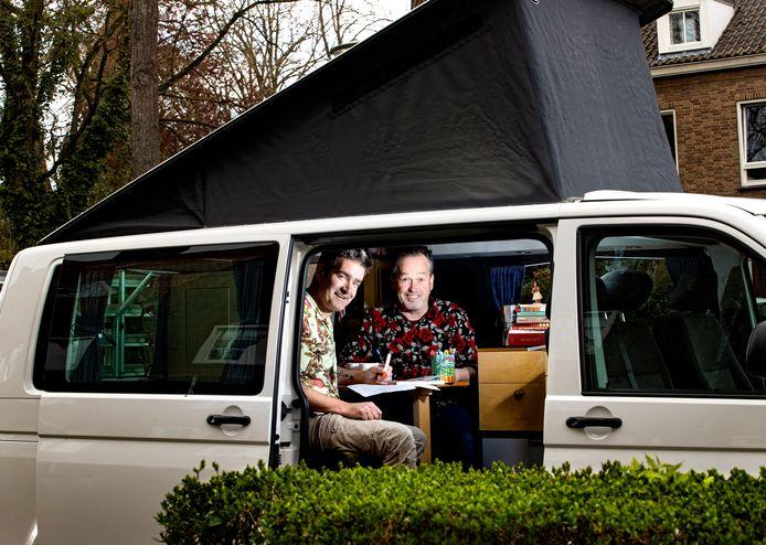 Jan Vriends en John van der Sanden maken Het Brabants Vakantieboek. Ze reizen met hun busje door Brabant om verhalen op te halen voor hun boek.