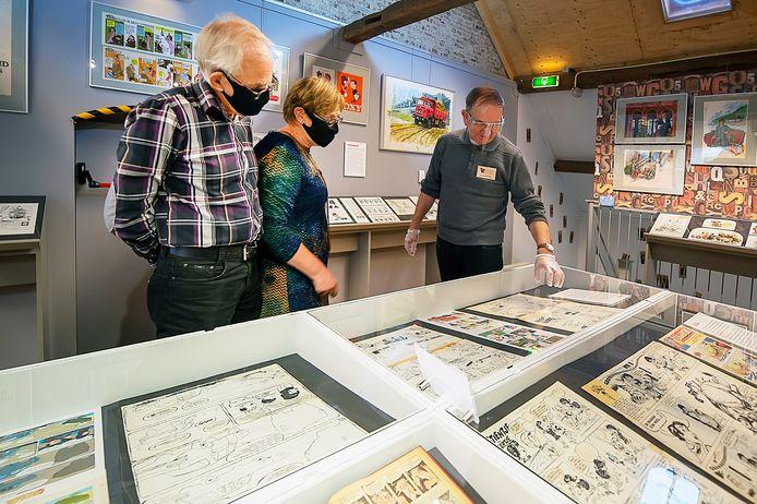 Oktober 2020: belangstellenden konden de Jan Kruis-expositie bezoeken, maar wel alleen met een reservering én met een mondkapje. Dat drukte de bezoekerscijfers behoorlijk, dus blijft de expo wat langer in Etten-Leur.