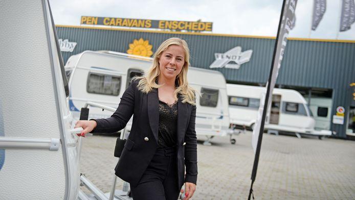 """Rochelle Pen verkoopt dit jaar veel meer nieuwe en gebruikte caravans en constateert. """"Veel mensen die normaal gesproken in het vliegtuig stappen en naar een hotel gaan, doen dat dit jaar blijkbaar toch liever niet. Iedereen wil met de caravan op pad."""""""