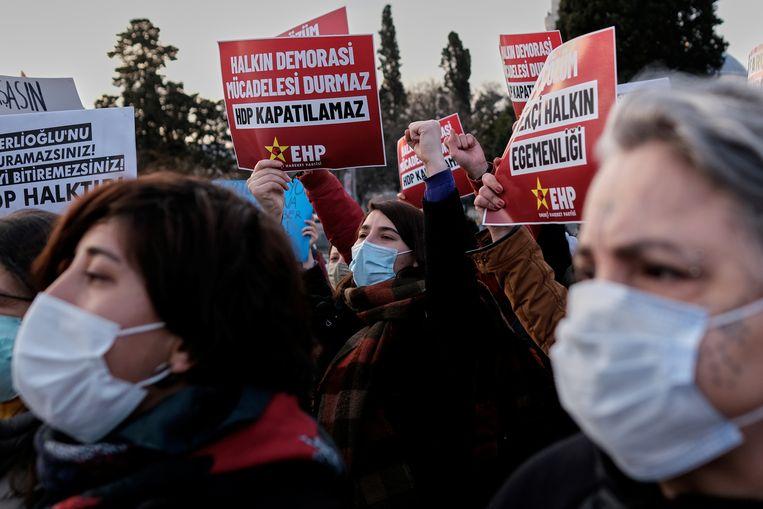 Een betoging van HDP-aanhangers in Istanbul. Beeld REUTERS