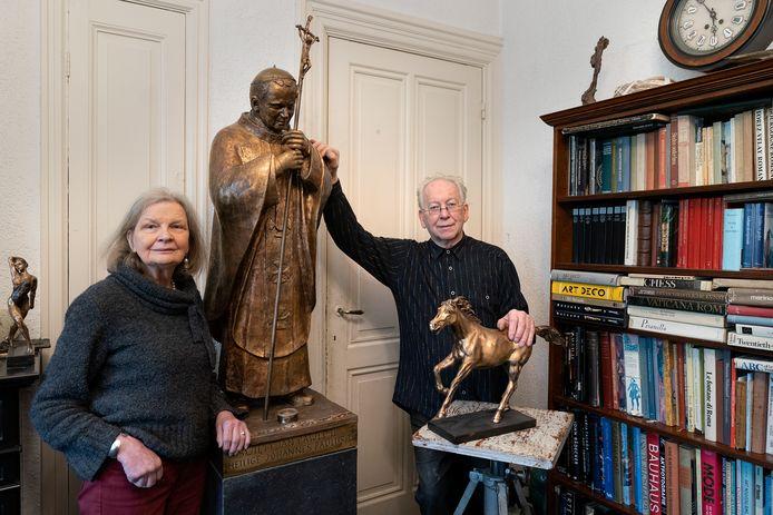 Marianne en Jean Bremers hebben de paus nu nog thuis staan.