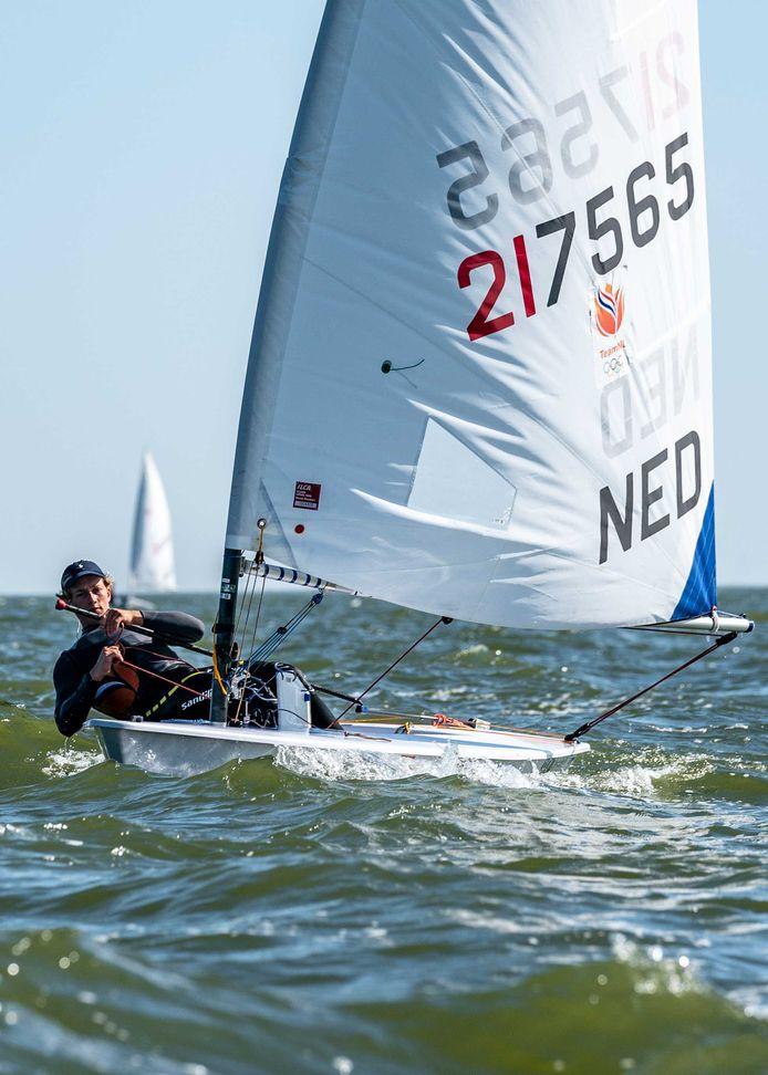 Paul Hameeteman in actie tijdens de Open Nederlandse Kampioenschappen zeilen.