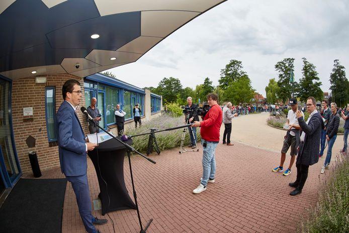 De plannen voor Windpark Avinkstuw leidden begin 2020 al eens tot een demonstratieve fietstocht naar het Berkellandse gemeentehuis. Burgemeester Joost van Oostrum nam daar een petitie in ontvangst.