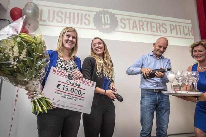 Sharina Kiesebrink (l) en Jessica Eijgelsheim stralen na ontvangst van de symbolische cheque. FOTO Ron Magielse/pix4profs