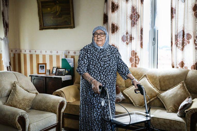 Rahma Mgharbi (84) staat in haar woonkamer in haar flat in Leiden.  Beeld Cigdem Yuksel