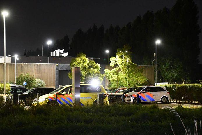 Politie-eenheden stelden zich rond de gevangenis op maar de meeste eenheden vertrokken weer toen de komst van de traumahelikopter was geannuleerd. De hulpverlening is nu nog gaande.