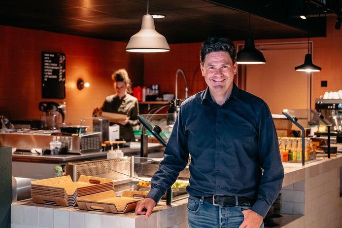 Ondernemer Arjan Konincks in de keukenbar van zijn nieuwe restaurant Left, gevestigd boven de AH-supermarkt, op de kop van de Amsterdamsestraatweg.