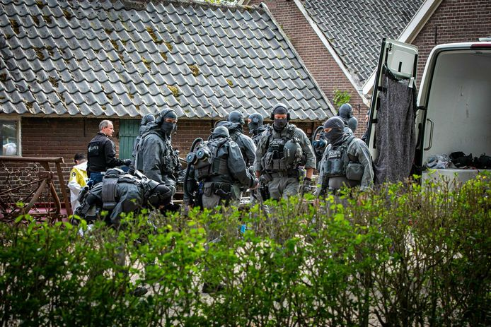 De politie in actie bij het crystal meth-lab in Drempt.