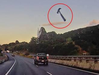 Uit het niets vliegt hamer tegen voorruit op snelweg