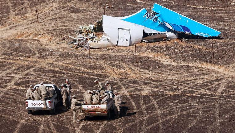Egyptische militairen bij een afgebroken staartstuk van het in de Egyptische Sinaï neergestorte Russische vliegtuig. Beeld ap