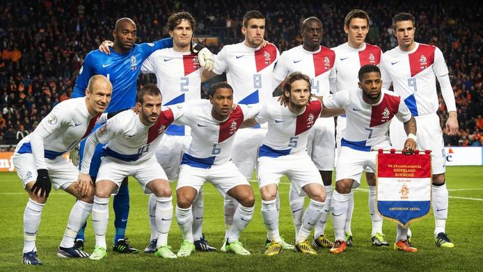 Het Nederlands elftal poseert voor Nederland - Roemenië.