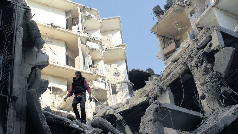 Door een luchtaanval verwoeste gebouwen in de Syrische stad Aleppo. Beeld reuters