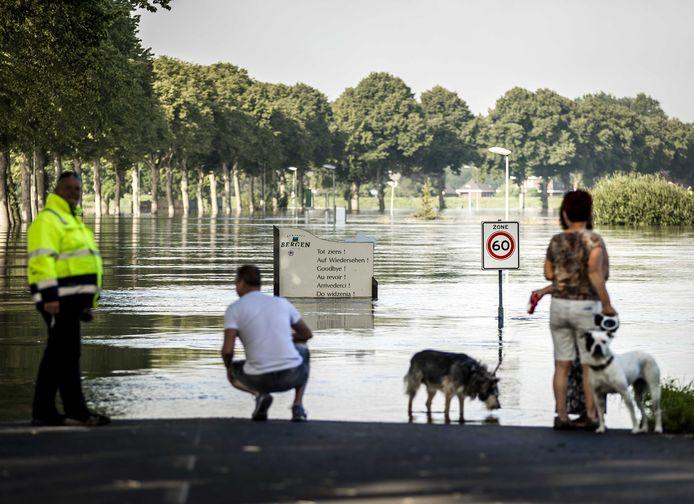Het Limburgse dorpje Bergen raakte in juli van de buitenwereld afgesloten na hevige regenval.