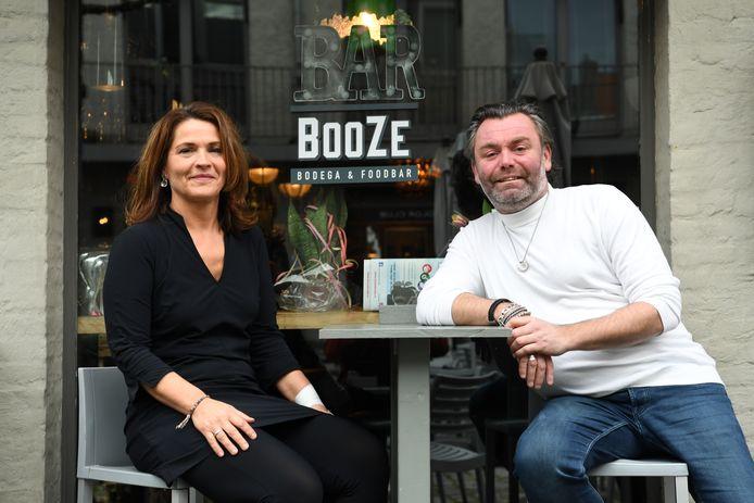 Sylvia en Barry, respectievelijk de beste vriendin en de partner van Joost Dikmans, samen voor BooZe, de bodega in Breda die Joost en Barry samen bestierden.