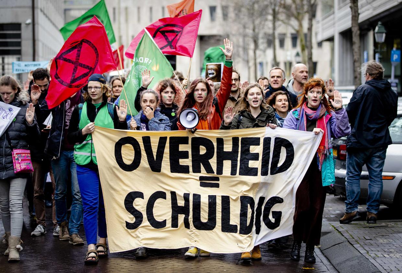 Jongeren van Fridays For Future Nederland, Extinction Rebellion Jong en Jongeren Milieu Actief liepen vrijdagmiddag vanaf de Hoge Raad naar de Tweede Kamer vanwege de uitspraak in de Urgenda-zaak.  Beeld ANP