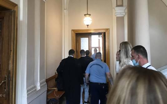 Roelf B. en Gert-Jan N. uit Stadskanaal worden de rechtbank in Boedapest binnengebracht.