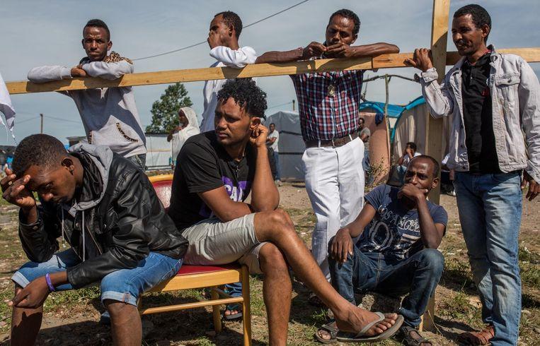 Op dit ogenblik verblijven er tussen de drie- en vijfduizend mensen in de 'jungle', de meesten zijn jonge mannen. Beeld Getty Images