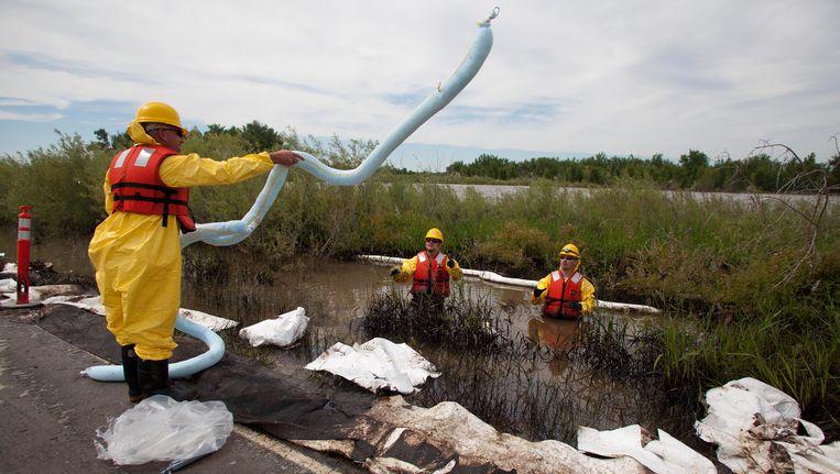 Een schoonmaakteam aan de slag in de Yellowstone River. Beeld AP