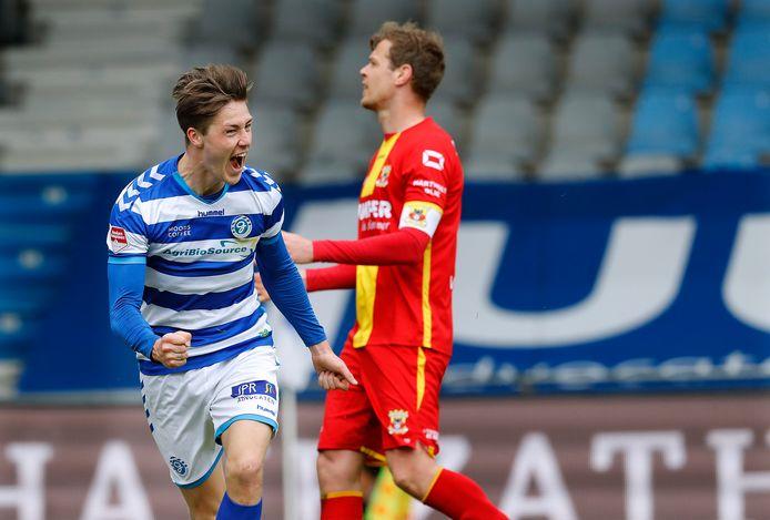 De Graafschap-middenvelder Jesse Schuurman schreeuwt het uit van blijdschap na zijn 1-0 tegen Go Ahead Eagles.