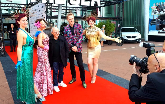 Festivaldirecteur Jan Doense (tweede van rechts) met eregast Frans Weisz op de rode loper van Film by the Sea.