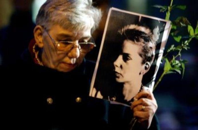Een vrouw houdt een foto vast tijdens de stille tocht ter nagedachtenis van Anja Joos. Deze werd gehouden op 15 oktober 2003 in Amsterdam. ANP Photo