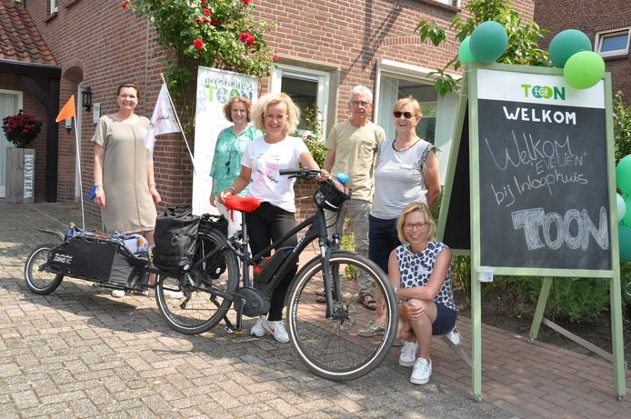 Evelien van der Werff werd met open armen ontvangen door vrijwilligers van Inloophuis Toon in Waalwijk. De straat was versierd met ballonnen en vlaggen en het Brabantse worstenbrood en de Halve Zolenkoek van de plaatselijke middenstand stonden klaar.
