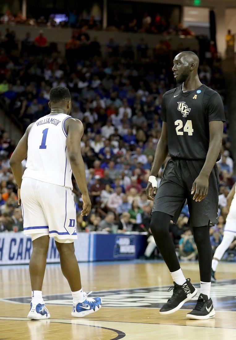 'Battle of the stars' in het voorbije seizoen van het universiteitsbasketbal: Tacko Fall (UCF) tegen Zion Williamson (Duke). Die laatste trok aan het langste eind (77-76), maar Fall was goed voor 15 punten, 6 rebounds en 3 blocks.
