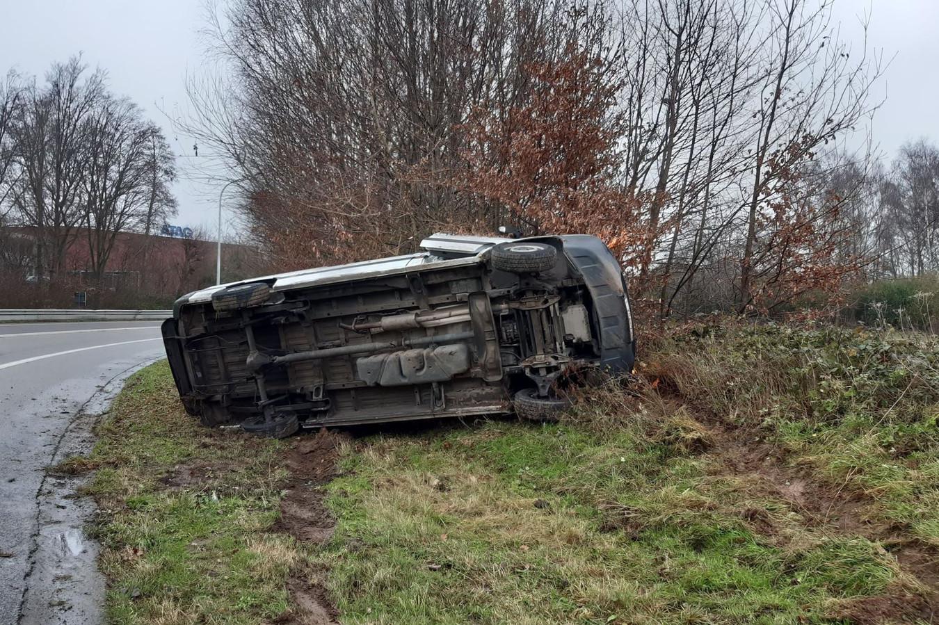 De bestelwagen ging bij het verlaten van de E40 komende uit Brussel in Erpe-Mere uit de bocht.