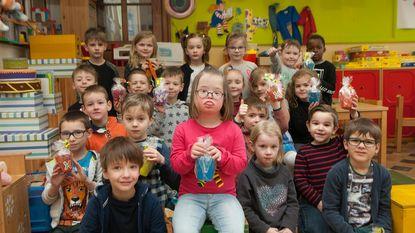 Iluna (6) deelt cadeautjes uit op Wereld Downsyndroomdag