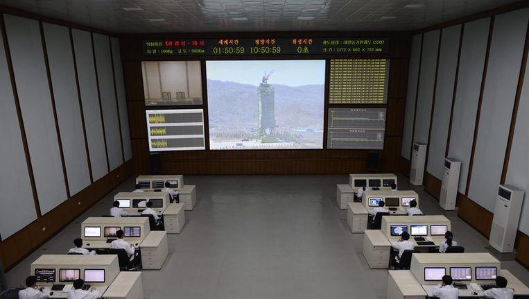 Techinici kijken naar beelden van de raket in de satellietcontrolekamer. Beeld ANP