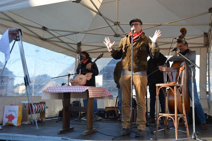 Volksfiguur Gerrit Borreman was opnieuw van de partij voor de varkenskopverkoop.