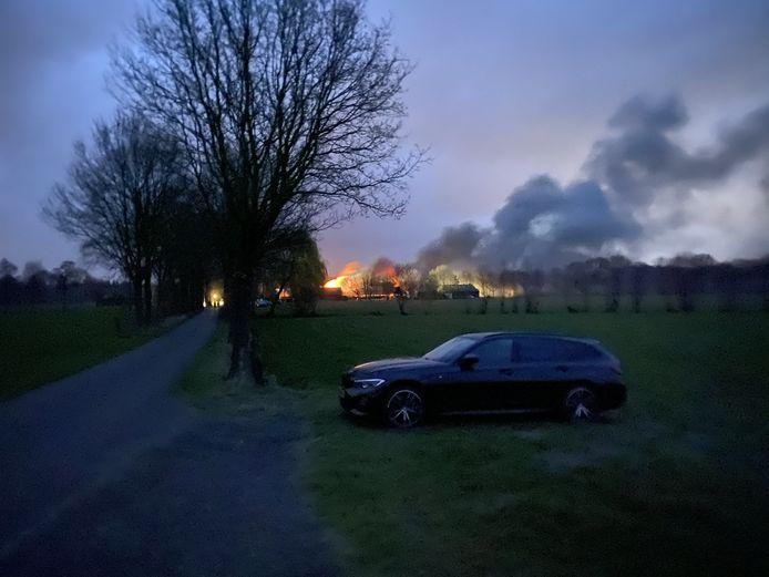 Bij een geitenhouderij aan de Grote Fliertweg in Achterveld heeft maandagochtend een grote brand gewoed.