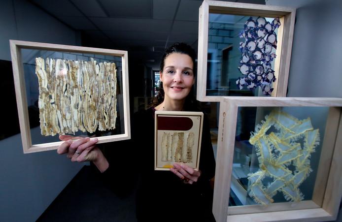 """Angelique van der Valk tussen haar kunst van groenteschillen: ,,Schitterend, het patroon van die vezels."""""""