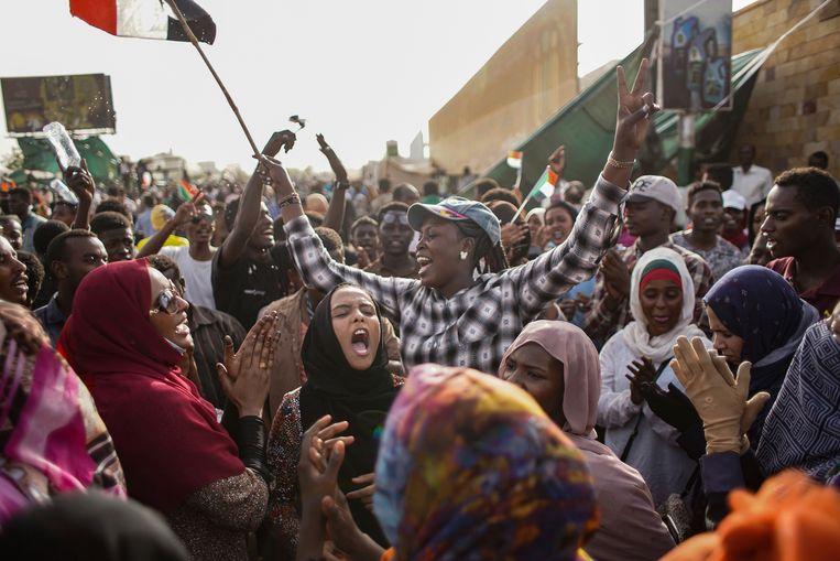 Vreugde Soedanese betogers uiten hun blijdschap over de arrestatie van de afgezette president Omar al-Bashir. Beeld Ala Kheir / AP Images